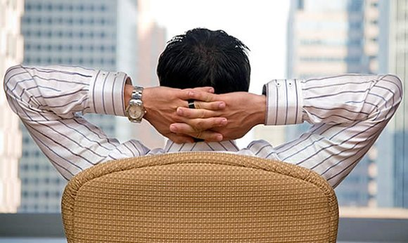 Hombre en cómoda posición esperando a que lleguen clientes.